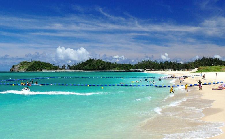 <span>【沖縄県】オクマプライベート ビーチ&リゾート</span>エメラルドグリーンの東シナ海と天然白砂が1キロメートルも続くオクマビーチでアクティビティを!